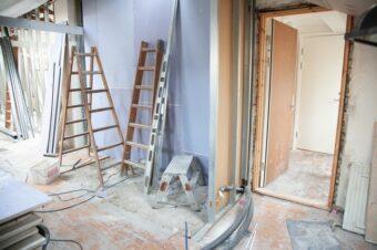 Krótko OPB #3: Czy przebudowa biura polegająca na wyburzeniu ścian i nowej aranżacji powierzchni wymaga pozwolenia lub zgłoszenia?